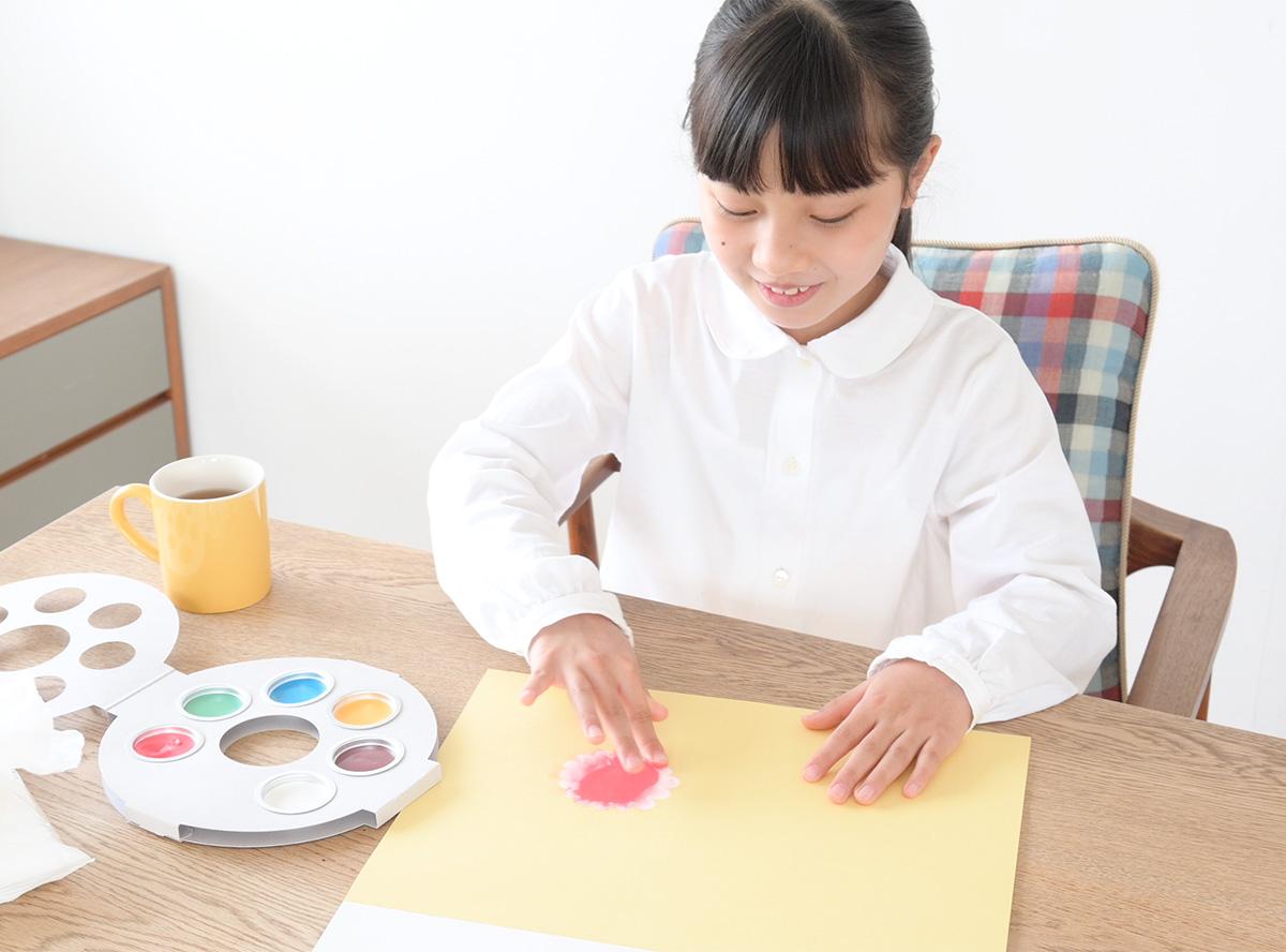 絵のアイデアのとっかかりとなるシルエットを用意しています。すでにあるものに「描き足す」というスタイルによって、お絵かきがニガテなお子さまも、描きはじめやすいキャンバスにしています。