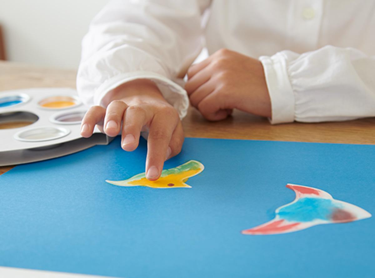 普段は「汚れたら綺麗に洗わなければならない」とされている手を汚すことが許されるから、開放的な気持ちになり、より自由 に描くことができます。また、水や筆などの道具が必要ないので準備もお片付けもラクラク。身構えることなく、絵の具あそびを体験できます。